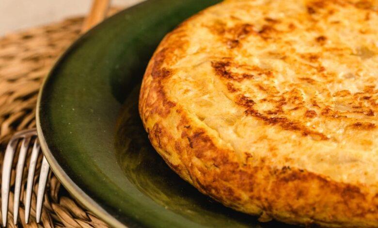 Tortilla de patata, bacalao y ajetes, receta fácil 1