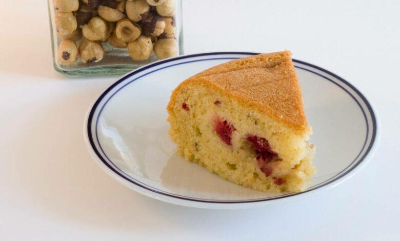 Bizcocho casero con nata y frambuesas, receta de postre fácil y delicioso 1