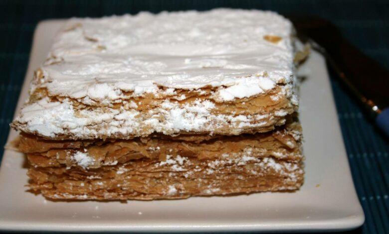 Milhojas de tortas fritas con crema pastelera y nata montada 1