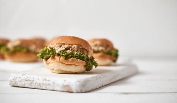 Mini hamburguesa de atún con mayonesa de ajo: receta para un aperitivo diferente