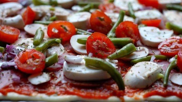 Pizza con tomate cherry