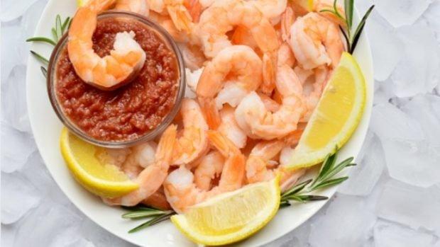 Cazuela fría de camarones y aguacate, una receta fácil de preparar en días calurosos