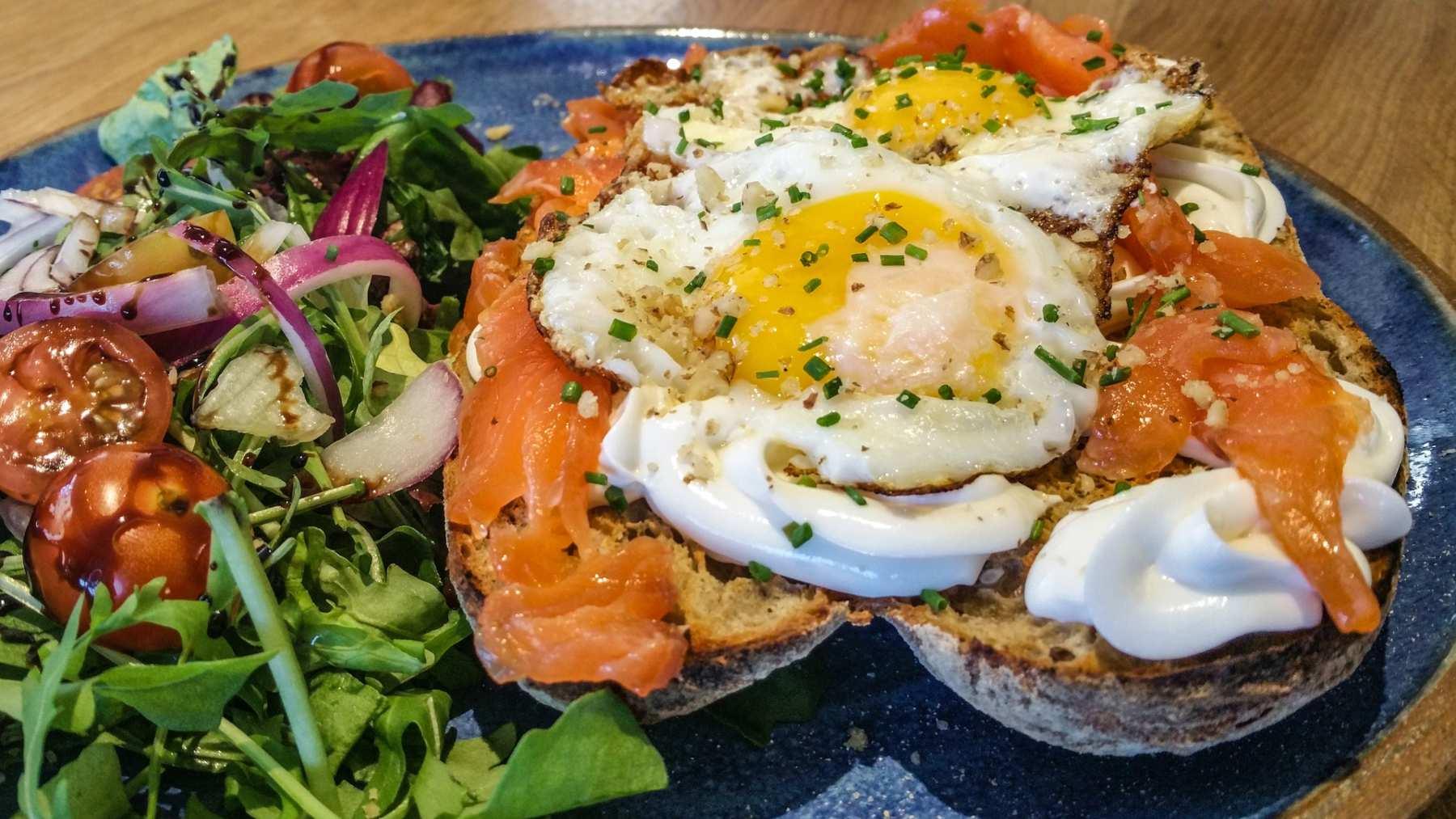 Cazuela de huevos con salmón, bayas y estragón 1