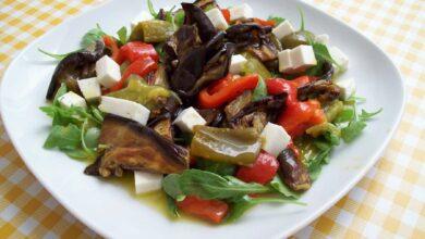 Ensalada de berenjena, tomates y queso, en capas 3
